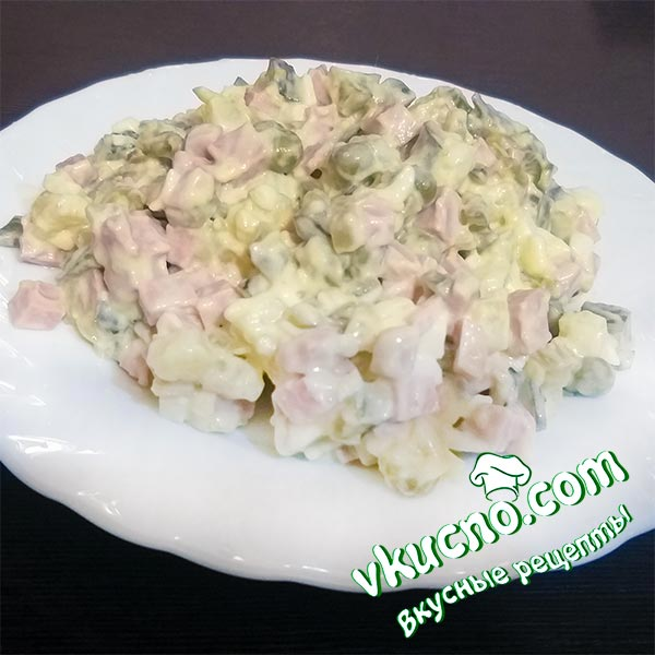 Салат «Оливье» классический с колбасой и солеными огурцами