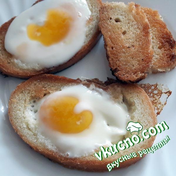 Гренки с яйцом внутри на сковороде