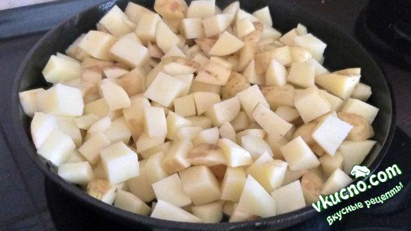 картофель и грибы жарятся на сковороде