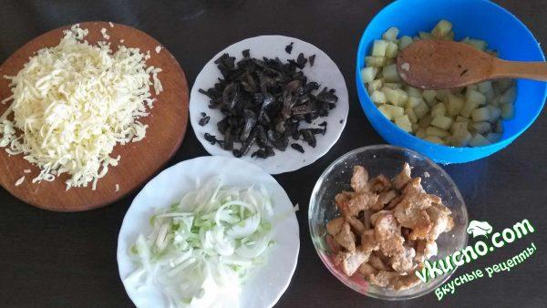 грибы, картофель, мясо, лук и сыр