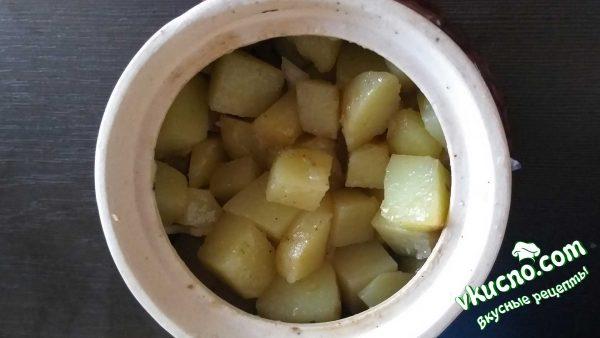 картофель поверх лука и мяса в горшочке