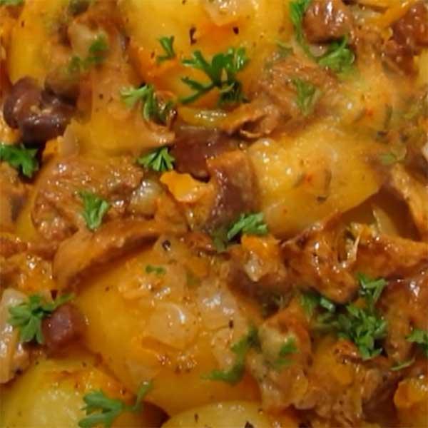 Картофель с тушеной говядиной, сыром, зеленью и специями