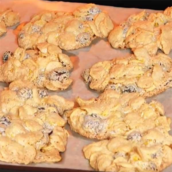 Печенье из кукурузных хлопьев с изюмом и орехами