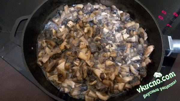 грибы жарим с подсолнечным маслом на сковороде