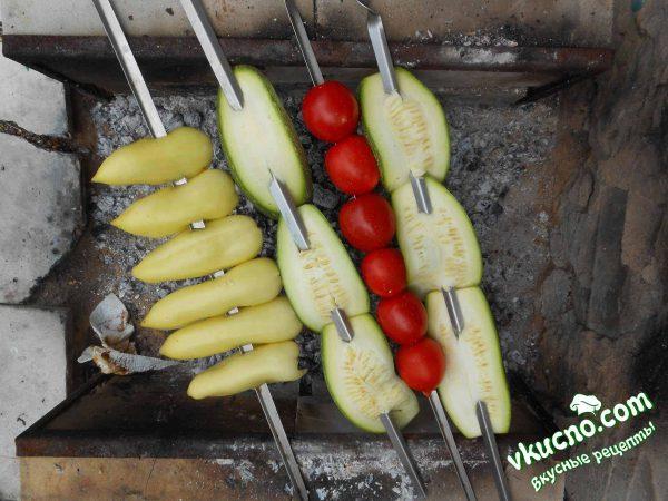 перец, огурцы или помидоры запекаются на углях