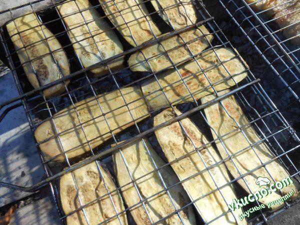 баклажаны запекаются на углях
