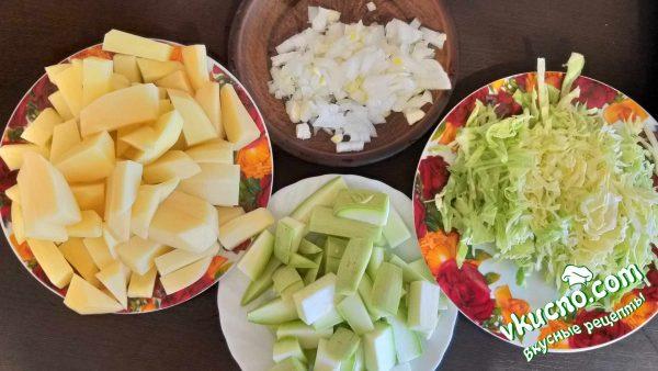 нарезанные картофель, лук, кабачки и капуста