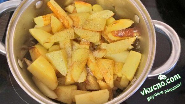 обжаренный картофель высыпаем к мясу