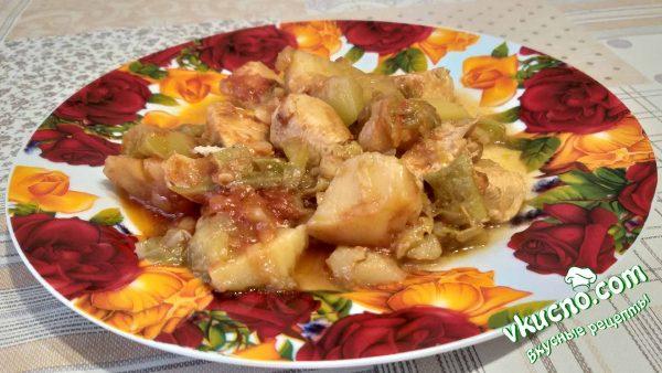 овощное рагу с мясом на тарелке
