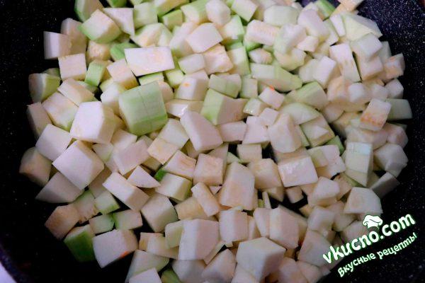 почищенные и нарезанные кабачки обжариваются на сковороде с растительным маслом