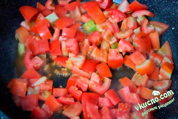 порезанные помидоры обжариваются на сковороде